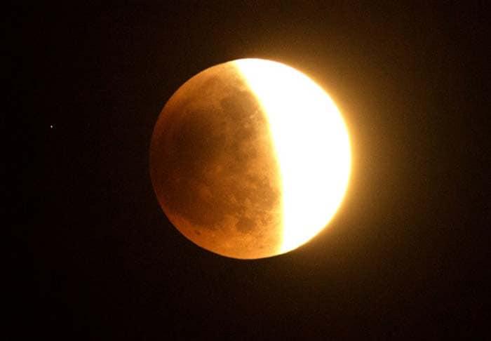 \'Blood moon\' full lunar eclipse
