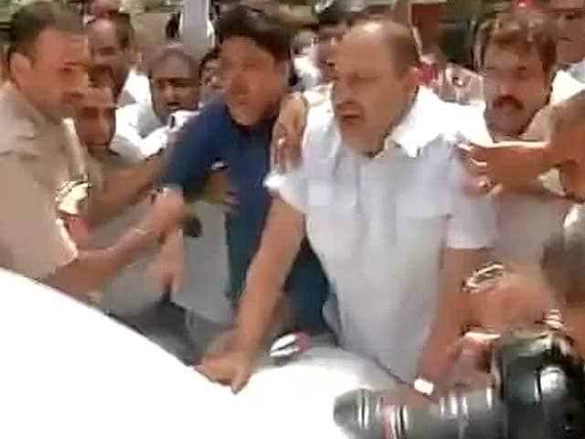 Photo : Protests Outside Railways Minister Sadananda Gowda Home