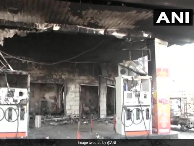 सीएए हिंसा में दहली दिल्ली, सड़कों पर फैले हैं आगजनी, उपद्रव और दहशत के सबूत