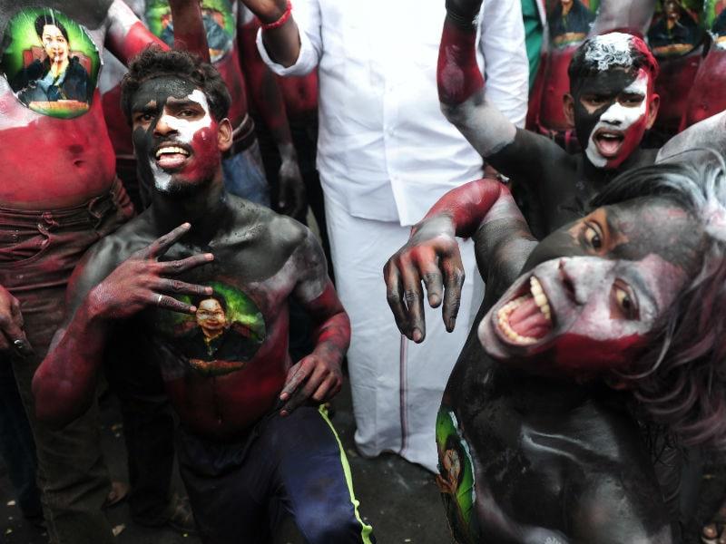 Photo : एक बार फिर बनी 'अम्मा, दीदी' की सरकार, समर्थक जश्न को बेकरार