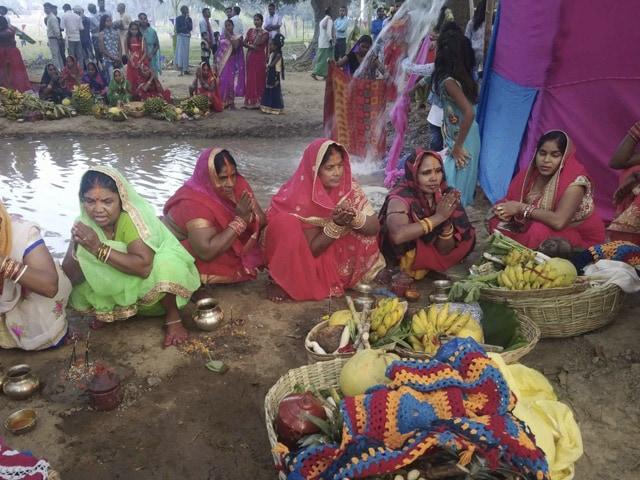 देशभर में छठ पर्व की धूम, बिहार सीएम नीतीश भी पूजा करते आए नजर, देखें तस्वीरें...