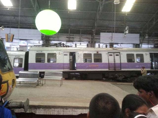 Photo : Local Train Crashes Into Mumbai's Churchgate Station
