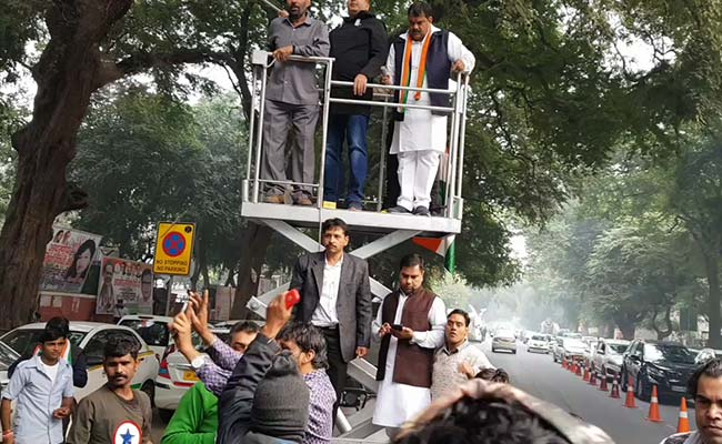 Photo : विधानसभा चुनाव 2018: रुझानों में कांग्रेस को बढ़त, दिल्ली कार्यालय के बाहर जश्न शुरू