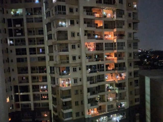 कोरोना: लोगों ने दीये और फ्लैश लाइट्स जलाकर दिखाया जोश, दिग्गजों ने भी किया सपोर्ट