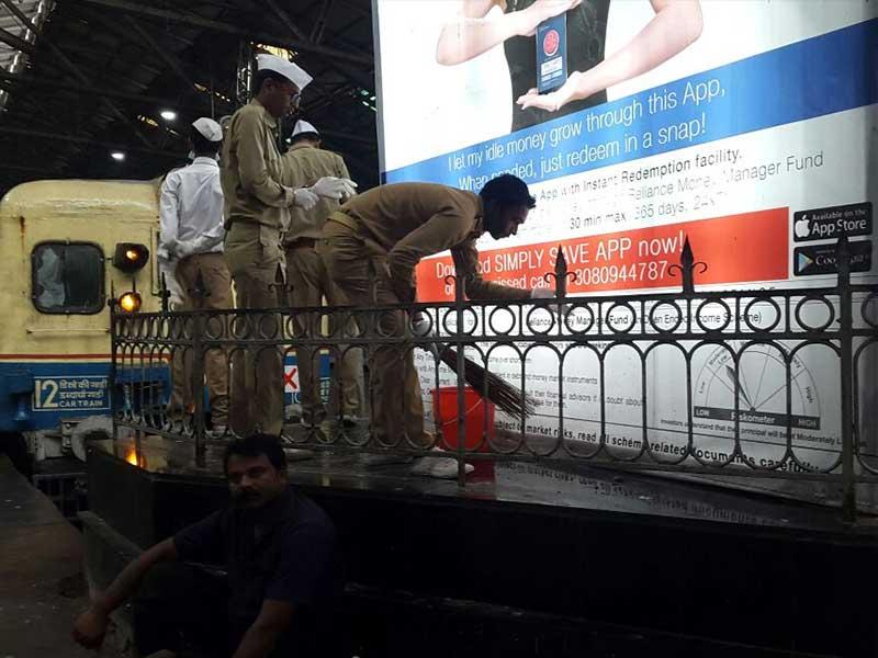 Photo : NDTV-डेटॉल बनेगा स्वच्छ इंडियाः चमक उठा CST रेलवे स्टेशन