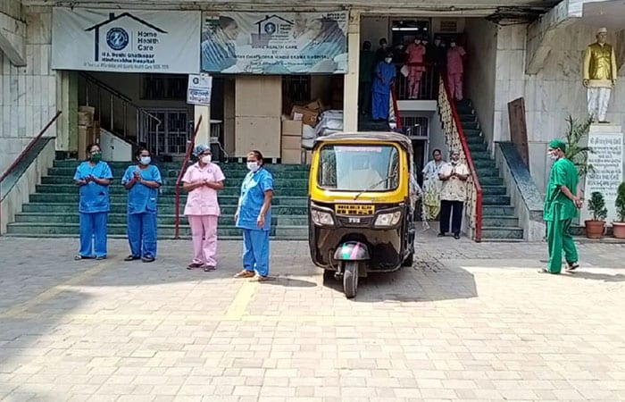 Meet Mumbai Based School Teacher Who Drives Auto-Rickshaw, Ferries COVID Patients For Free