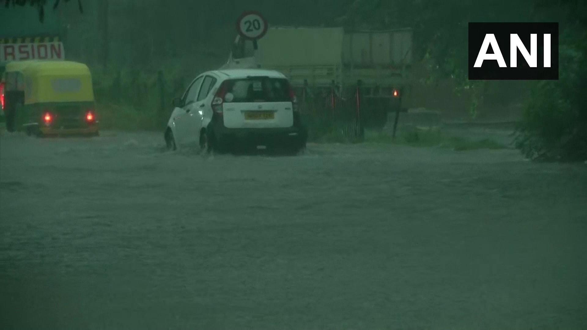 दिल्ली में रिकॉर्डतोड़ बारिश, लोगों को मिली राहत तो ट्रैफिक ने रुलाया