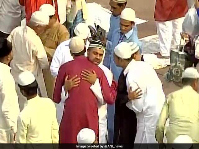 Photo : तस्वीरों में देखें: देश भर में एकता की भावना के साथ मन रही है ईद...