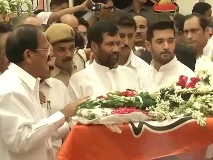 Political Leaders Pay Homage to Gopinath Munde