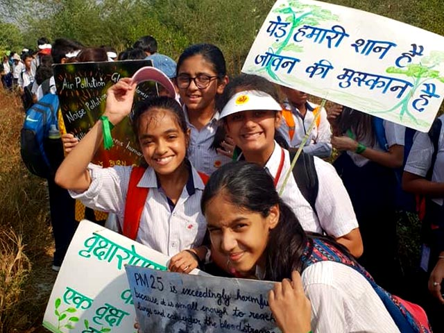 Photo : More than 5000 Students In Gurugram Formed A Human Chain To Protect Aravali Biodiversity Park