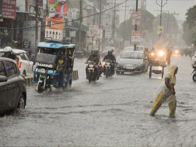 Photo : देशभर में भारी बारिश, कहीं मौसम हुआ खुशगवार, तो कहीं सड़कों पर भरा पानी
