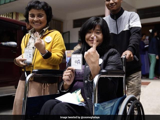 Photo : लोकसभा चुनाव 2019: पहले चरण में मतदान केंद्रों पर उमड़ी भीड़