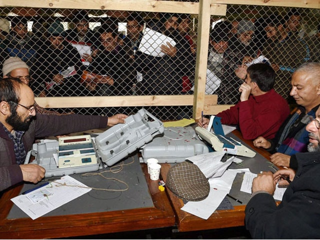 Photo : Kashmir Elections: Inside the Counting Centres
