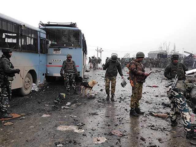 Photo : दिल झकझोर कर रख देंगी जम्मू कश्मीर के पुलवामा में हुए आतंकी हमले की ये तस्वीरें