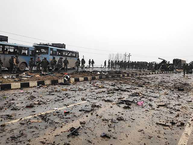 दिल झकझोर कर रख देंगी जम्मू कश्मीर के पुलवामा में हुए आतंकी हमले की ये तस्वीरें