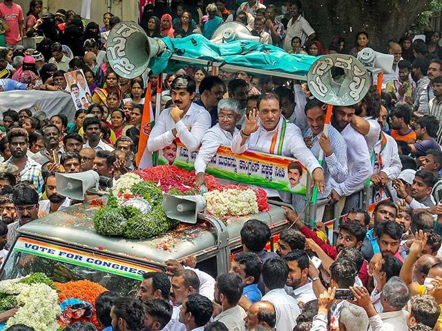 Photo : कर्नाटक चुनाव : उम्मीदवारों ने भरा नामांकन