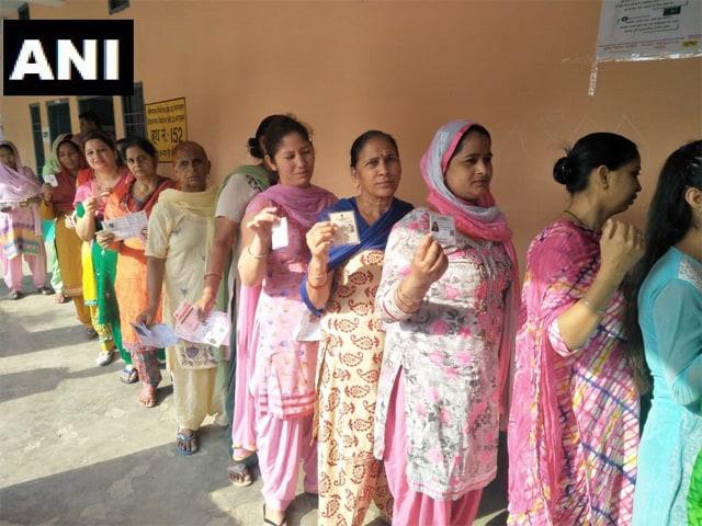 Photo : चुनाव 2019: छठे चरण के लिए 7 राज्यों में हुआ मतदान, लोगों ने बढ़-चढ़कर लिया हिस्सा
