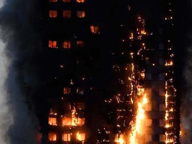Photo : आग की चपेट में आई लंदन की 27 मंजिला इमारत, देखें तस्वीरें
