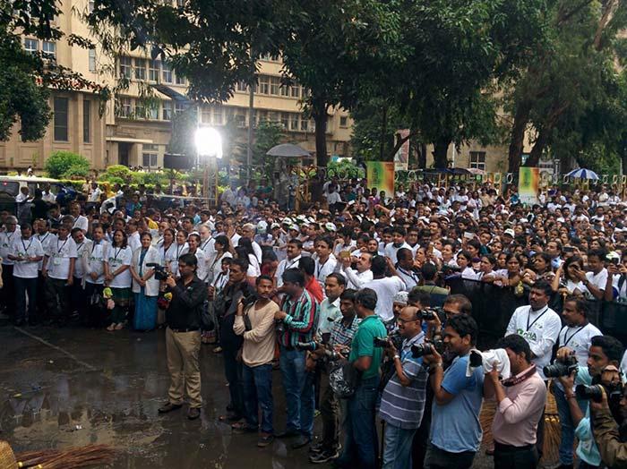 Devendra Fadnavis, Amitabh Bachchan Kick Off The Banega Swachh India Maha Cleanathon