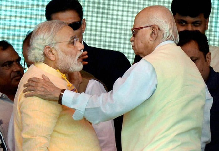 When LK Advani looked away and Narendra Modi touched his feet