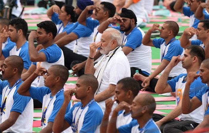 Photo : अंतरराष्ट्रीय योग दिवस पर पीएम मोदी ने किया योग...