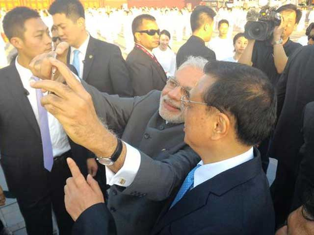 Photo : PM Modi End His Day in Beijing With A Selfie with Premier Li Keqiang