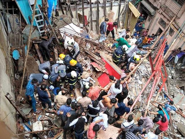 Photo : बारिश से बेहाल मुंबई के डोंगरी में 4 मंजिला इमारत ढही