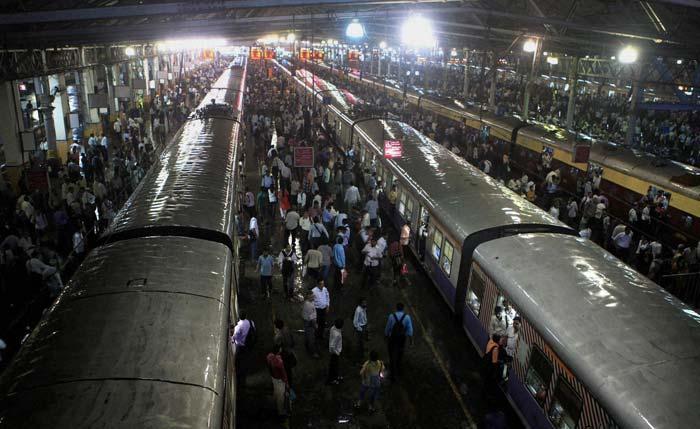 Rains hit rail, road traffic in Mumbai