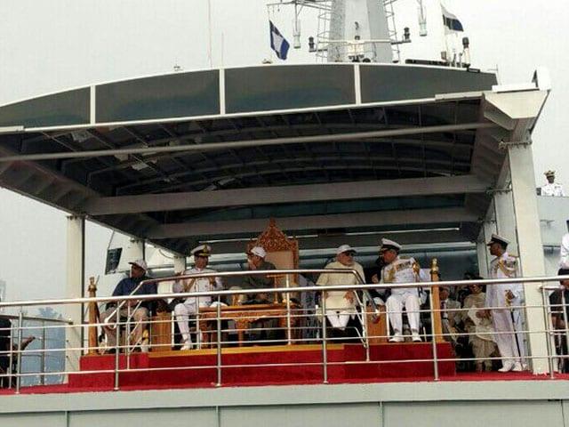 Photo : नौसेना की शान में एक दिन... अंतरराष्ट्रीय फ्लीट रिव्यू में 100 जंगी जहाज़...