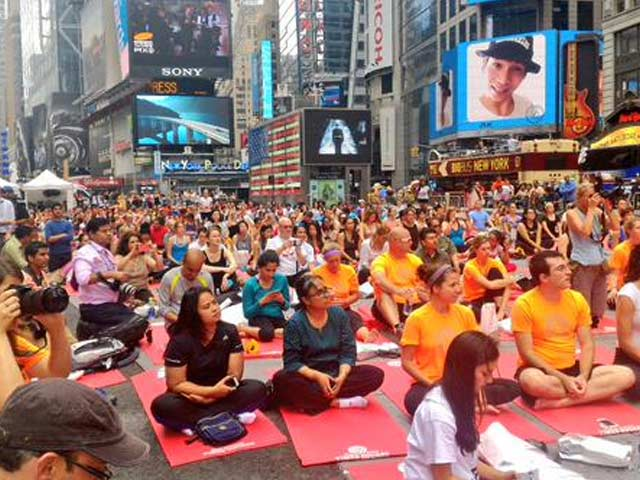 Photo : At UN, Times Square, Yoga Day Celebrated in New York