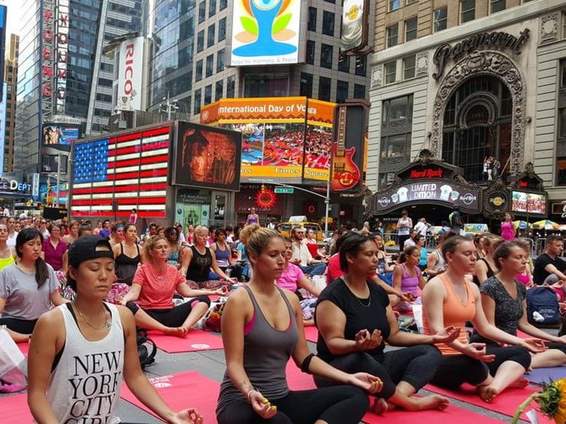 Photo : From London to New York, Thousands Roll Out Mats to Perform Yoga