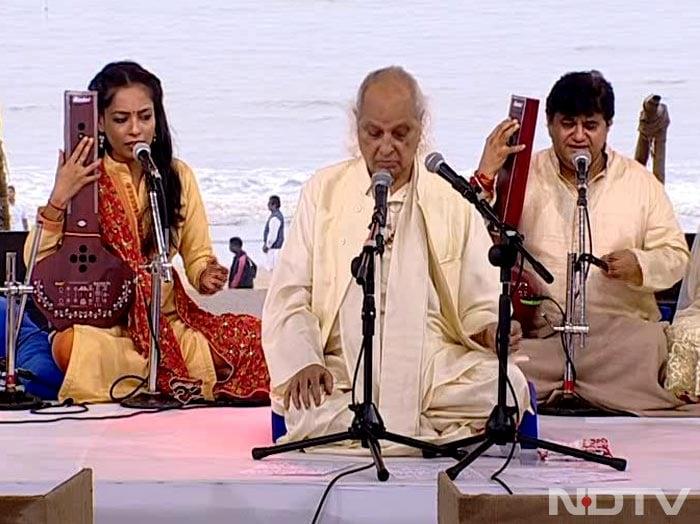 Photo : Pandit Jasraj Performs at the NDTV-Dettol Banega Swachh India Cleanathon