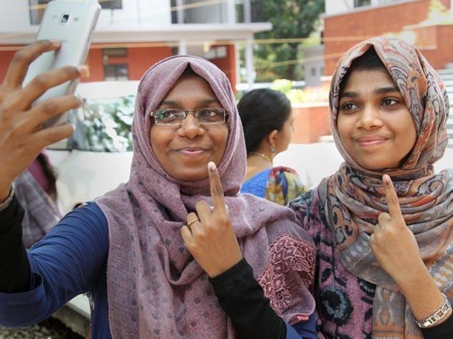 Photo : लोकसभा चुनाव: तीसरे चरण में मतदाताओं ने कुछ यूं किया मताधिकार का इस्तेमाल