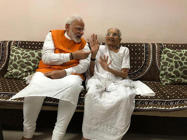 Photo : पीएम मोदी ने कुछ यूं मनाया अपना 69वां जन्मदिन, मां से लिया आशीर्वाद, सरदार सरोवर डैम भी पहुंचे