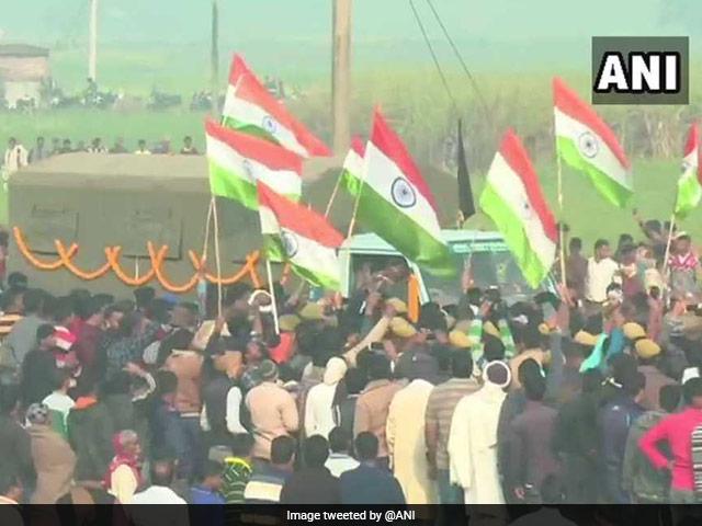 Photo : पुलवामा आतंकी हमले में शहीद जवानों को श्रद्धांजलि, उमड़ी भीड़