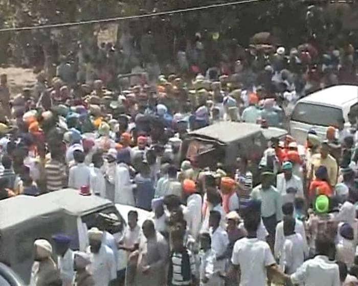 Thousands gather for Sarabjit Singh\'s last journey