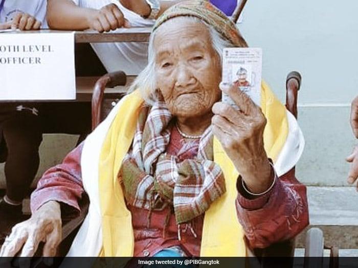 लोकसभा चुनाव: पहले चरण की वोटिंग में युवा ही नहीं बुजुर्गों ने भी भरा जोश