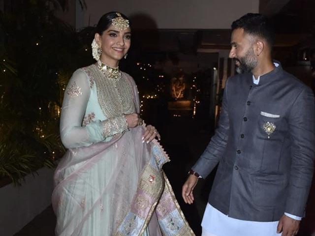 Photo : रिया और करण बूलानी की शादी में पहुंचीं सोनम कपूर