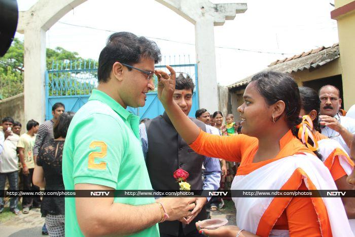 School Kids Gets a Chance to Play Cricket With the Prince of Kolkata