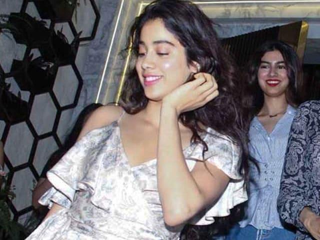 Photo : मॉम की बर्थडे पार्टी में दिखा श्रीदेवी की बेटियों का ग्लैमर, देखें Pics
