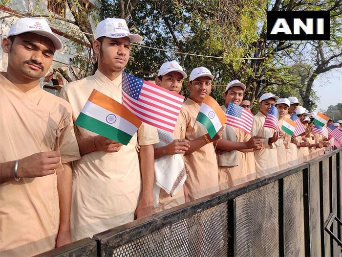 Photo : कुछ यूं बाहें फैलाकर अमेरिकी राष्ट्रपति ट्रंप के स्वागत के लिए तैयार है अहमदाबाद, देखिए शानदार तस्वीरें