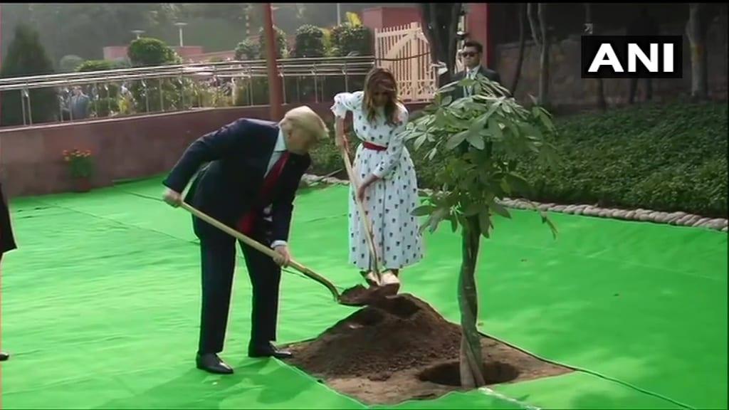 Photo : अमेरिकी राष्ट्रपति डोनाल्ड ट्रंप ने पत्नी संग किया वृक्षारोपण