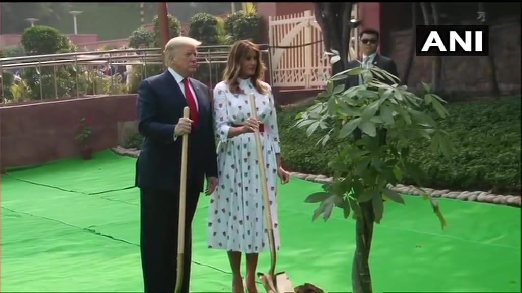 अमेरिकी राष्ट्रपति डोनाल्ड ट्रंप ने पत्नी संग किया वृक्षारोपण