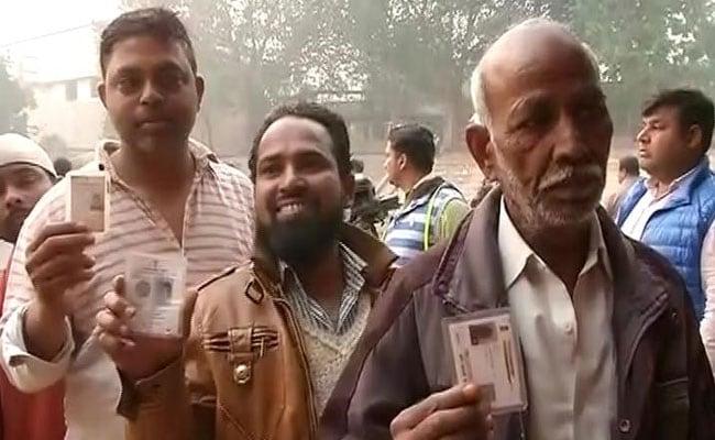 यूपी विधानसभा चुनाव: तीसरे चरण में दिग्गजों ने डाला वोट, देखिए तस्वीरें