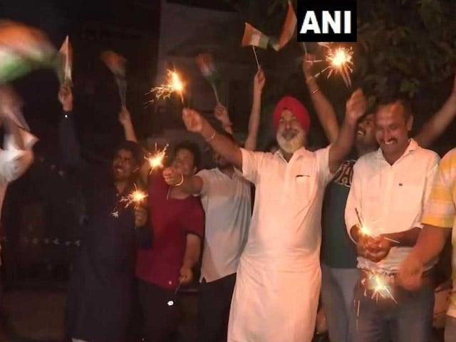 Photo : विश्व कप: भारत ने पाकिस्तान को 89 रनों से हराया, इस अंदाज में देशभर में मनाया गया जश्न