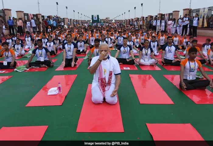 अंतरराष्ट्रीय योग दिवस 2017: पीएम मोदी ने लखनऊ में किया योग