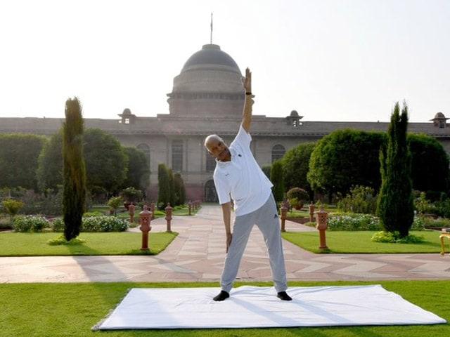 Yoga Day 2021: योगाभ्यास करते नजर आए दिग्गज, जवानों ने भी बढ़ाया हौसला, देखें तस्वीरें...
