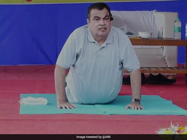 Photo : Yoga Day 2021: योगाभ्यास करते नजर आए दिग्गज, जवानों ने भी बढ़ाया हौसला, देखें तस्वीरें...