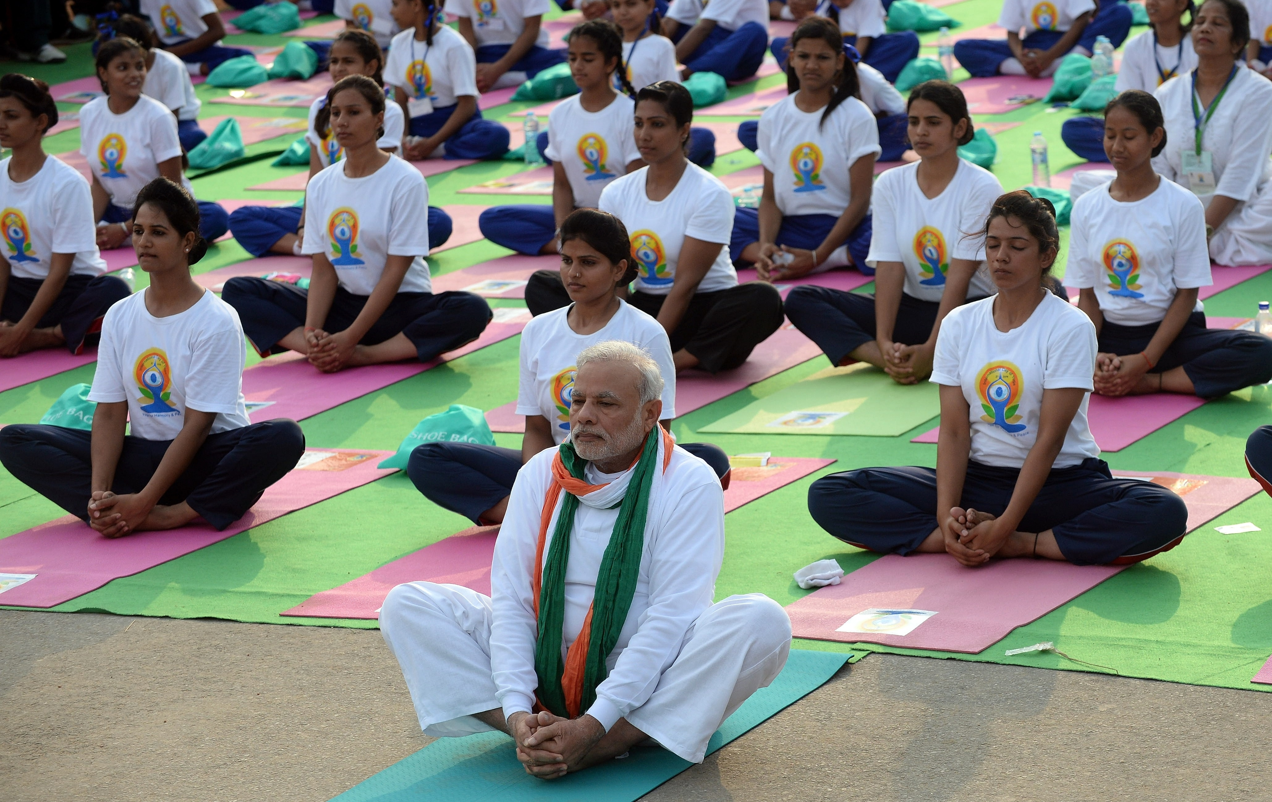 Top 10: PM Modi Performs Yoga With Thousands at Delhi\'s Rajpath
