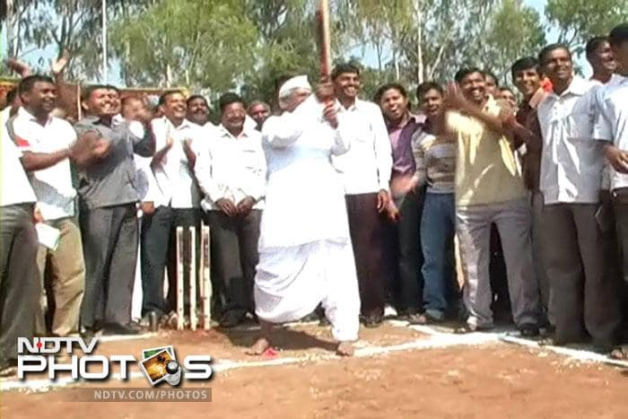 Anna Hazare takes up cricket